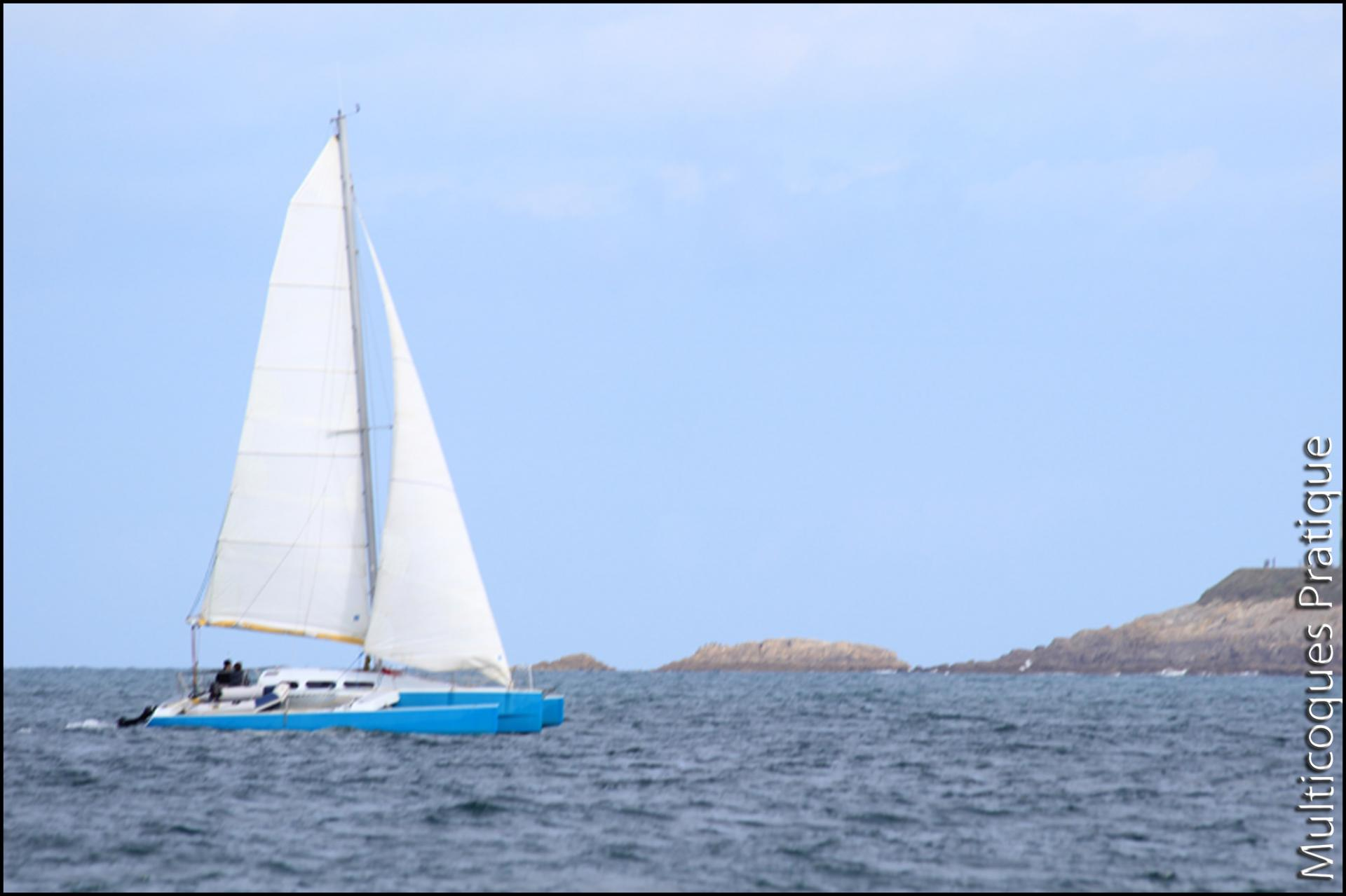Trimaran plan Lucas dans la rade de Brest