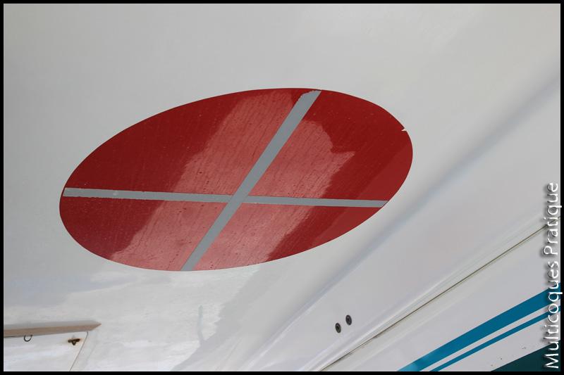 Rond peint sous une nacelle de Catana avec une partie refléchissante